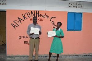 Martin en Jenny, de zusters van 'ons' Health Centre met hun certificaat